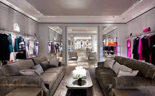 38cba59ccd26b Шоу-рум брендовой одежды продает эксклюзивные дизайнерские наряды. D&G,  Gucci или Valentino в рекламе не нуждаются. О них знают все модницы.
